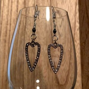 Jewelry - 💋Silver heart earrings w/crystals💋